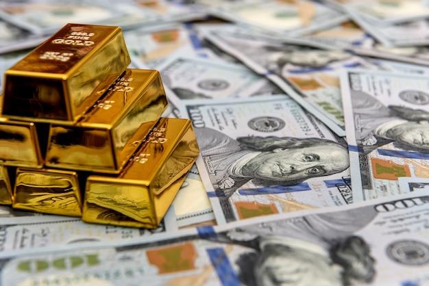 Lingotti d'oro sulle banconote in dollari americani