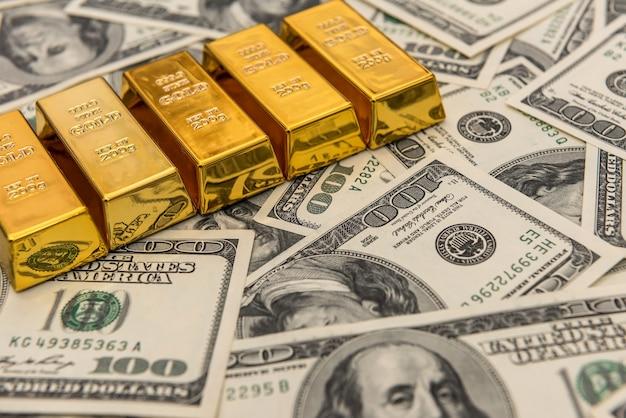 Barre di lingotti d'oro su banconote usd. concetto di successo. investimento