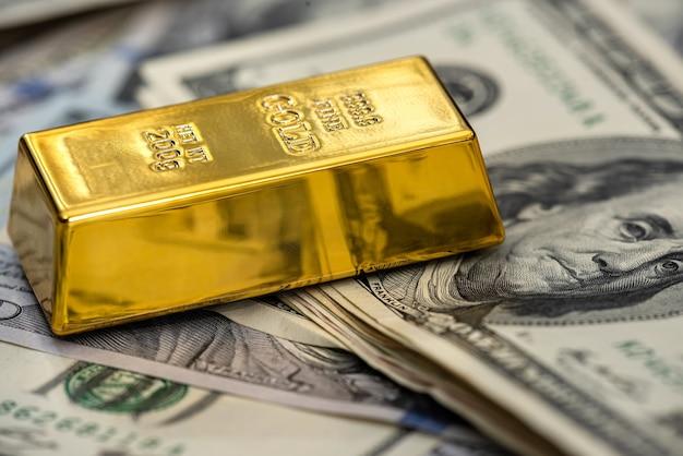 Lingotti d'oro con noi soldi per il design da vicino. investimento