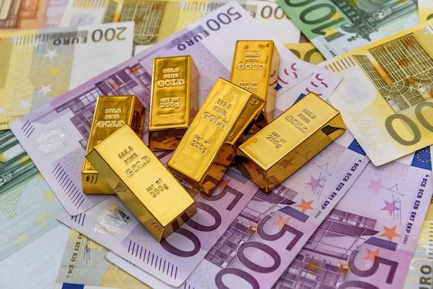 Lingotti d'oro al primo piano del fondo delle banconote in euro