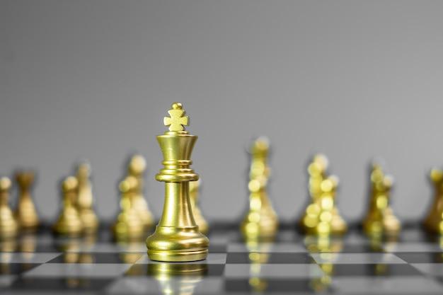 Squadra di figura di scacchi d'oro sulla scacchiera