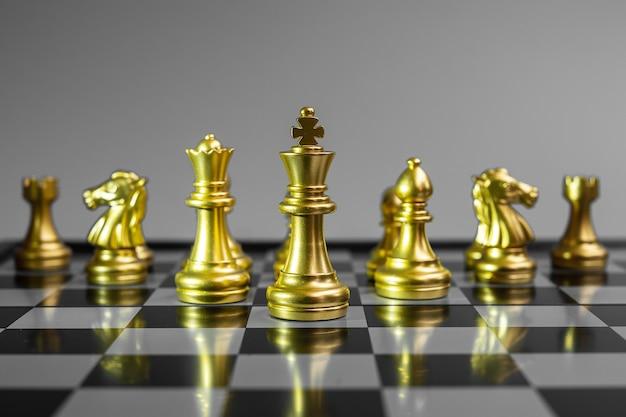 Squadra di figure di scacchi d'oro