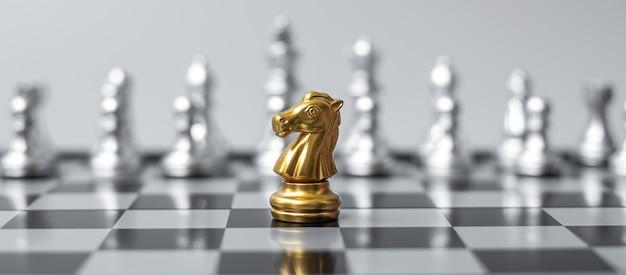Figura del cavaliere degli scacchi d'oro sulla scacchiera