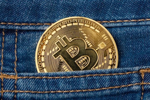 Bitcoin moneta d'oro nella tasca del denim