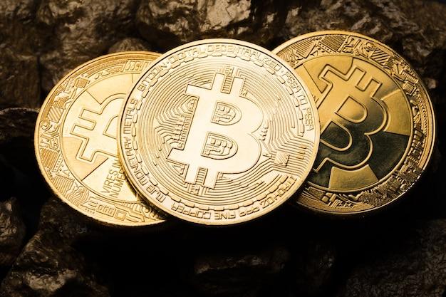 Moneta d'oro bitkoyn e un mucchio d'oro