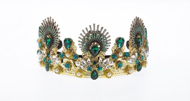 Corona d'oro con smeraldo corona reale ottomana isolata su sfondo bianco