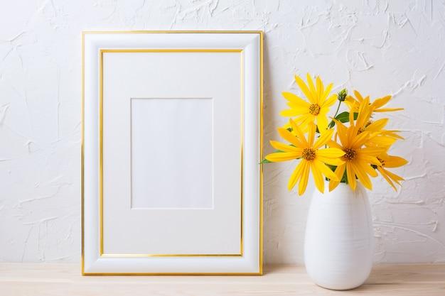 Mockup cornice decorata in oro con fiori gialli rosinweed
