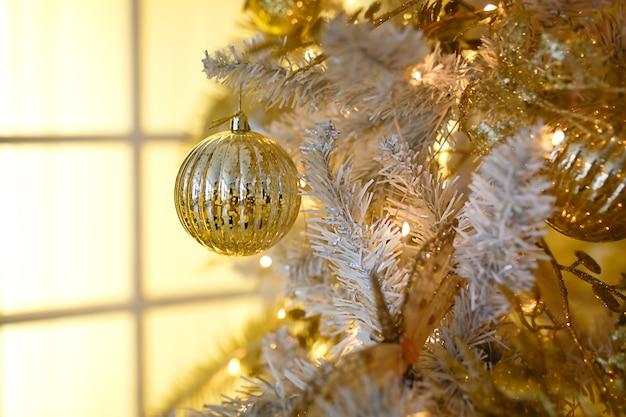 Decorazioni in oro su un albero di natale