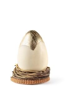 Uovo di pasqua d'oro isolato su uno sfondo bianco.