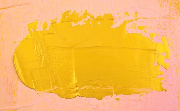 Piastra di pittura acrilica con elemento in oro come su sfondo texture astratta tela rosa