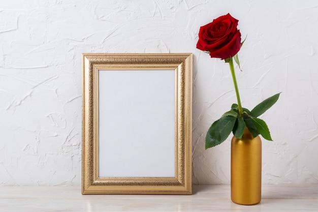 Mockup di montatura in oro con rosa rosso scuro in vaso