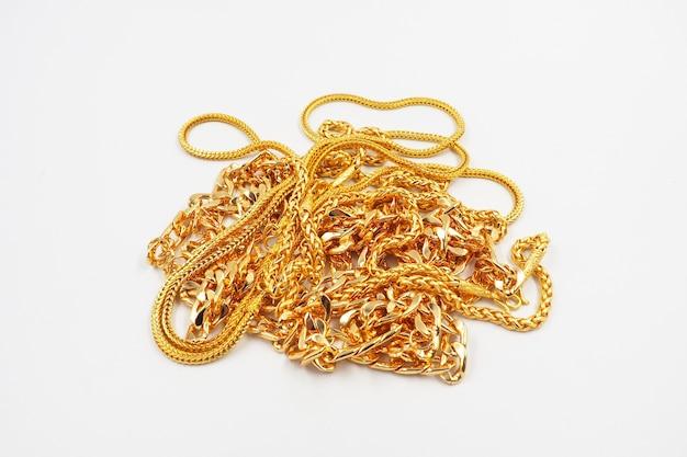 Gioielli d'oro su sfondo bianco
