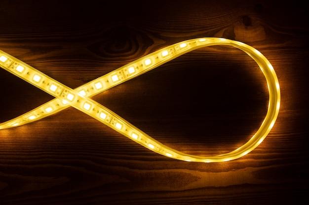 Striscia led oro chiaro, primo piano del nastro a diodi illuminanti.