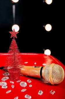 Microfono dorato su legno rosso e sfondi scuri con molte luci