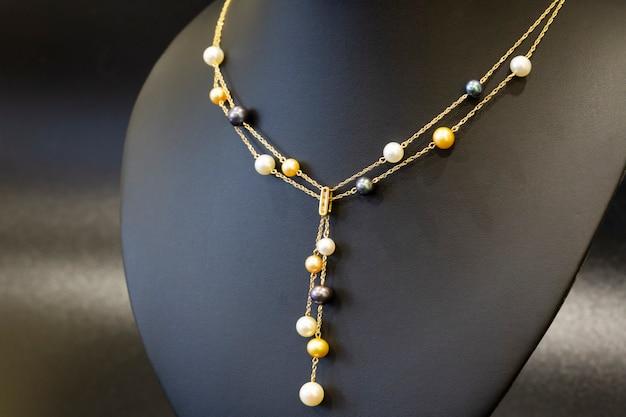 Collana in oro con collana di perle multicolori di lusso