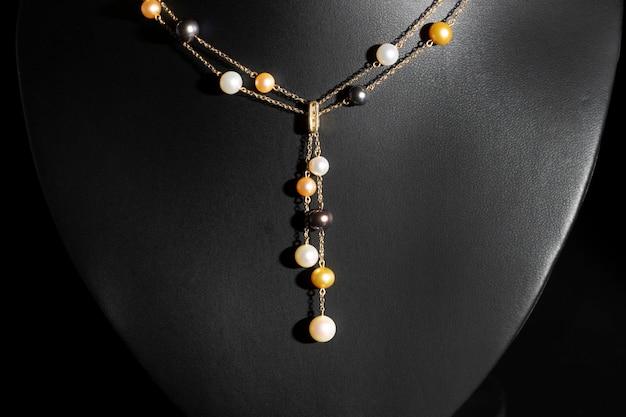 Collana in oro con collana di perle multicolori di lusso Foto Premium