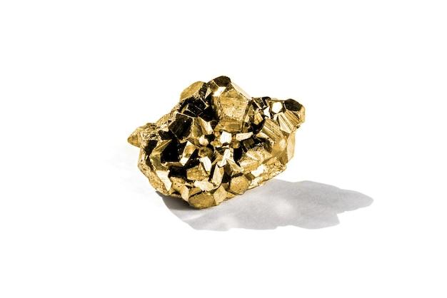 Pepita d'oro isolata su uno sfondo bianco