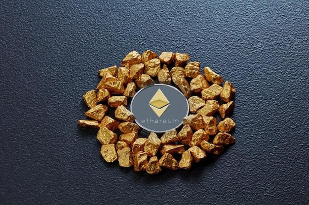 Pepite d'oro a forma di cerchio e moneta ethereum su fondo di cemento nero. concetto di finanziamento della criptovaluta bitcoin in metallo nobile