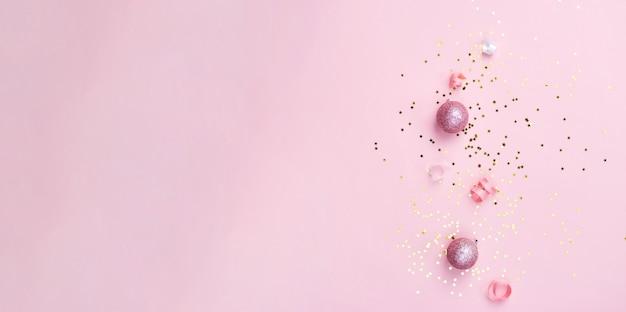 Decorazioni natalizie in oro rosa e bianco su sfondo rosa. natale capodanno o striscione per feste