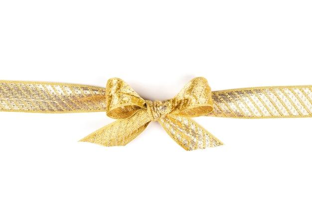 Nastro d'oro con fiocco su sfondo bianco