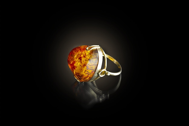 Anello in oro con ambra su sfondo nero