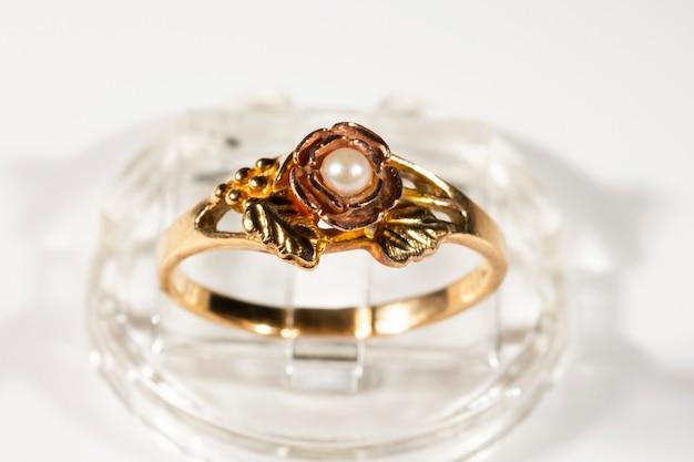 Un anello d'oro con una piccola perla. anello modello black hills, foglie e grappoli d'uva