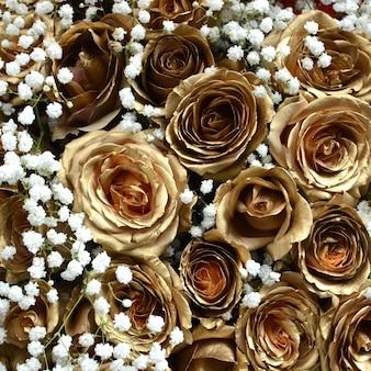 Fiore rosa d'oro per lo sfondo