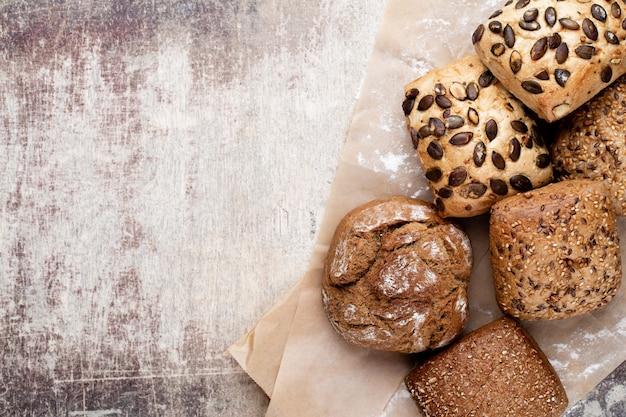 Pagnotte di pane e focacce croccanti rustiche oro su superficie di legno