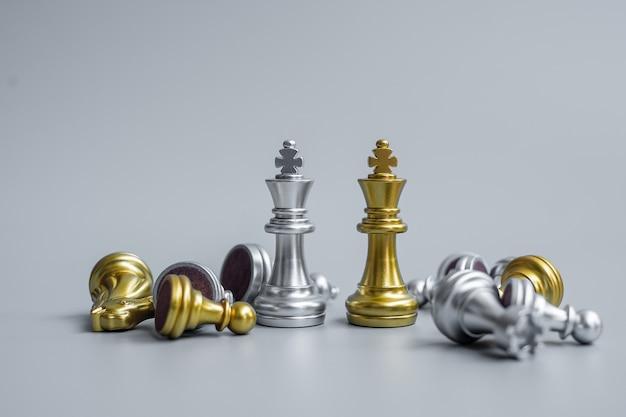 La figura del re degli scacchi d'oro e d'argento si distingue dalla folla di nemici o avversari durante la competizione a scacchiera.