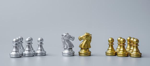 Figura del cavaliere degli scacchi in oro e argento