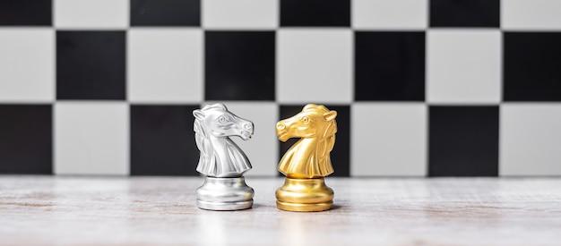 Cavaliere degli scacchi in oro e argento