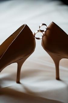 Fede nuziale in oro con scarpe da donna il giorno del matrimonio