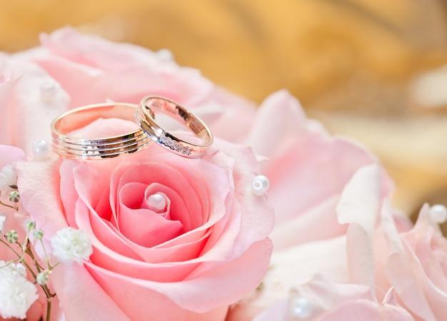 Fedi nuziali d'oro sul fiore. decorare la cerimonia nuziale.