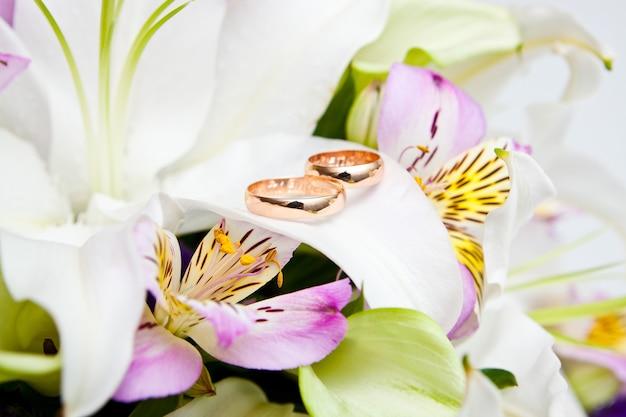 Fedi nuziali in oro su fiore