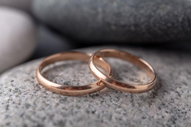 Gli anelli di nozze d'oro si trovano sulla roccia del mare