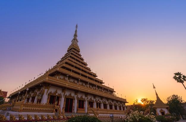 Antica pagoda dorata di phra mahathat kaen nakhon wat nong wang tempio con cielo al tramonto crepuscolare