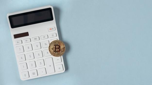 Bitcoin dorato sulla valuta virtuale della calcolatrice
