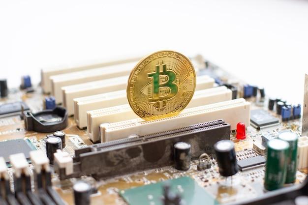 Bitcoin dorato sul circuito stampato