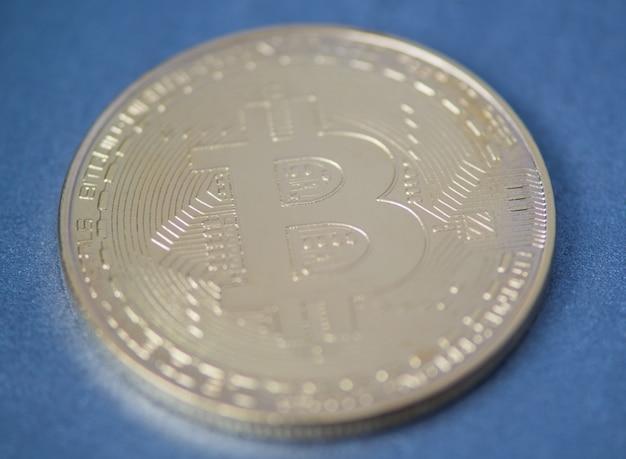 Primo piano dorato del bitcoin, foto vaga. moneta elettronica