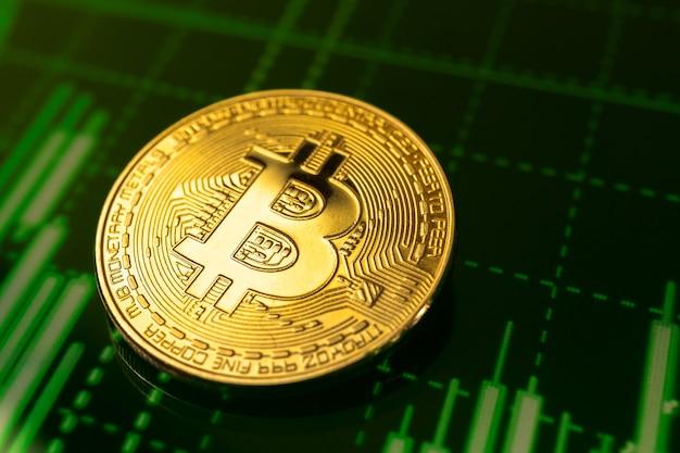 Moneta bitcoin dorata sul grafico azionario verde grafici sfondo crittografia foto