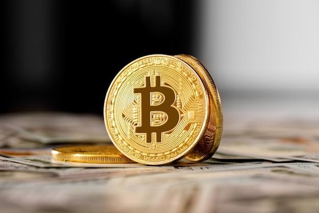 La moneta dorata di bitcoin sui dollari americani si chiuda. valuta elettronica crittografica