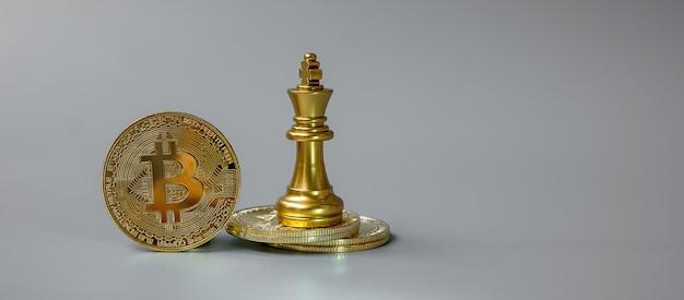 Pila di monete di criptovaluta bitcoin d'oro e pezzo di chess king, crypto è denaro digitale all'interno della rete blockchain, viene scambiato utilizzando la tecnologia e lo scambio internet online. concetto finanziario