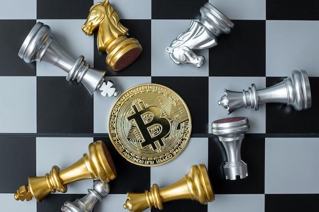 Pila di monete di criptovaluta bitcoin d'oro e pezzo degli scacchi sulla scacchiera, crypto è denaro digitale della rete blockchain, viene scambiato utilizzando la tecnologia e lo scambio internet online. concetto finanziario