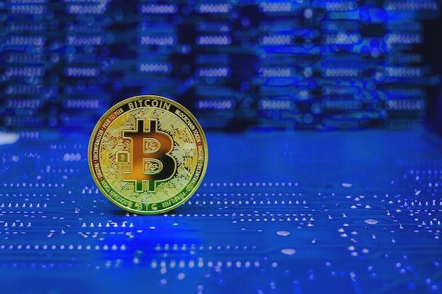 Nuova versione della criptovaluta bitcoin dorata sullo sfondo del circuito elettronico del computer