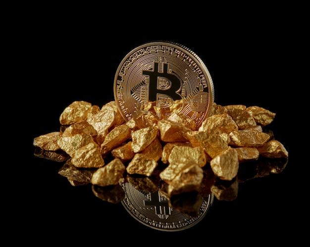 Bitcoin dorato e grumi d'oro come tendenze mondiali entrambi isolati con superficie riflettente. commercio di innovazione di scambio di blockchain di mining di moneta elettronica digitale di valuta virtuale