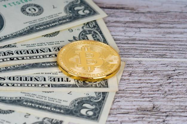 Golden bitcoin moneta metallica e banconote in dollari su tavola in legno rustico