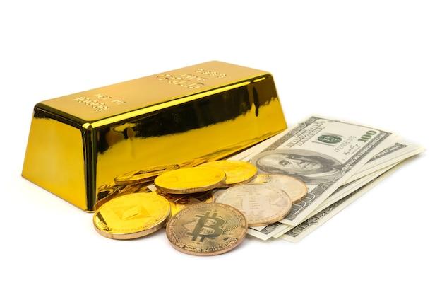 Bitcoin dorati di nuova moneta digitale, dollari usa e lingotti d'oro su sfondo bianco