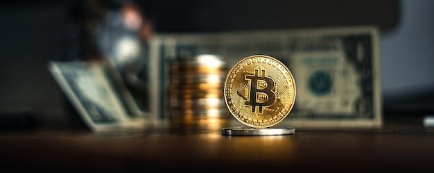 Bitcoin dorati posti su una scrivania di legno in casa.