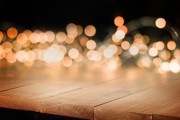 Bokeh dorato e tavolo in legno, vista laterale