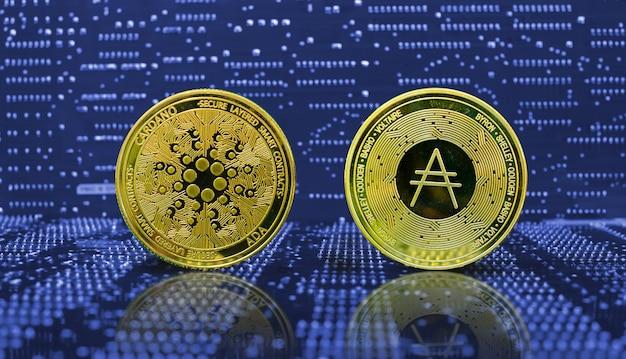 Golden cardano ada moneta criptovaluta sullo sfondo del circuito elettronico del computer